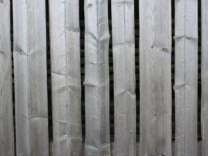 Harmaantunutta läpisahattua kuusilautaa