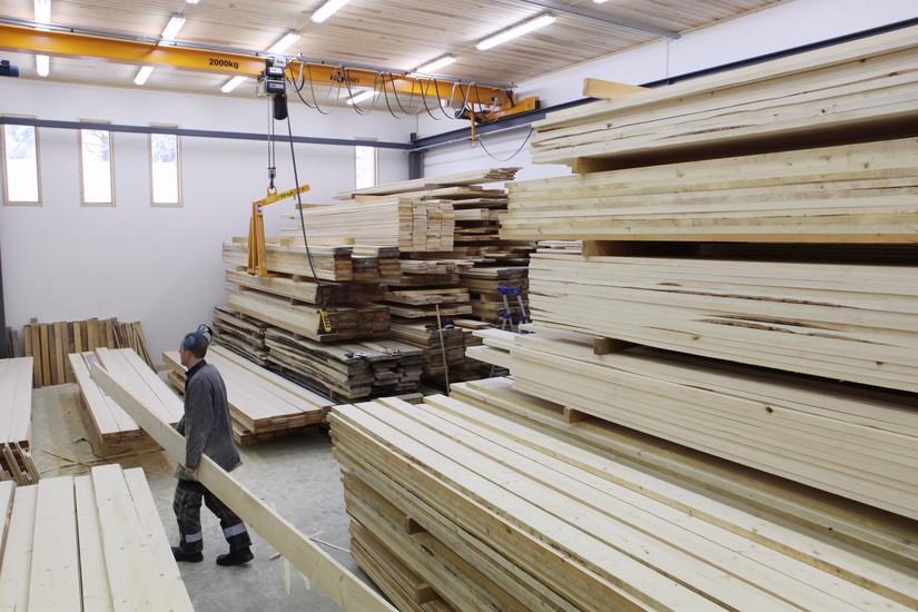 Tuulipuun puutavarahallissa