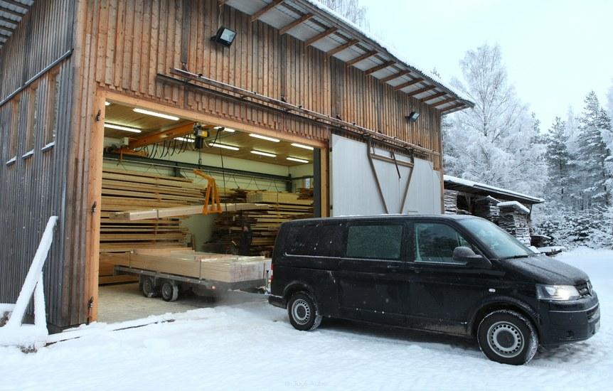 Lattialankkuja lastataan peräkärryyn Tuulipuun hallista